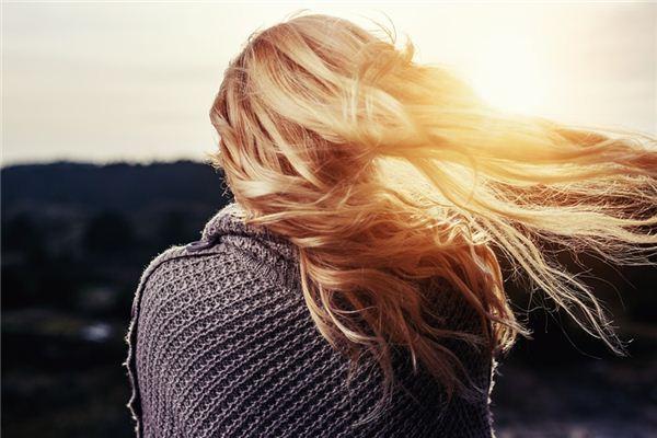 Die Bedeutung und das Symbol von Haaren, die in Träumen erscheinen