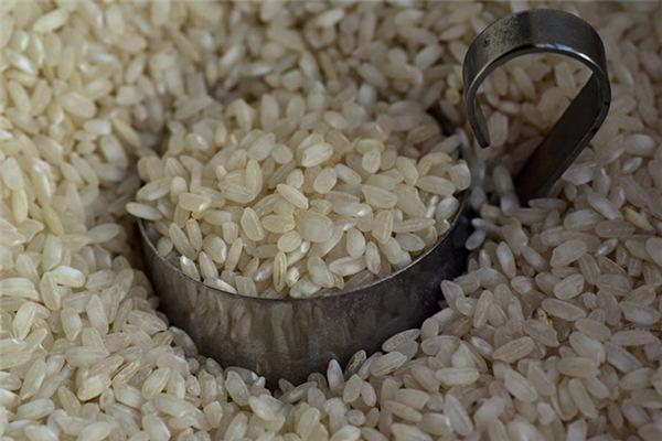 Traumdeutung und Weissagung beim Stapeln von Reissäcken