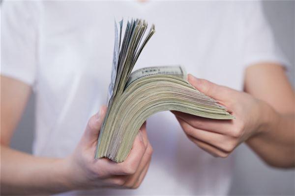 Traumdeutung über Ehemann, der sich selbst viel Geld gibt